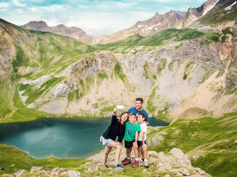 buen ejemplo de los lagos de montaña pirenaicos para recorrer en familia