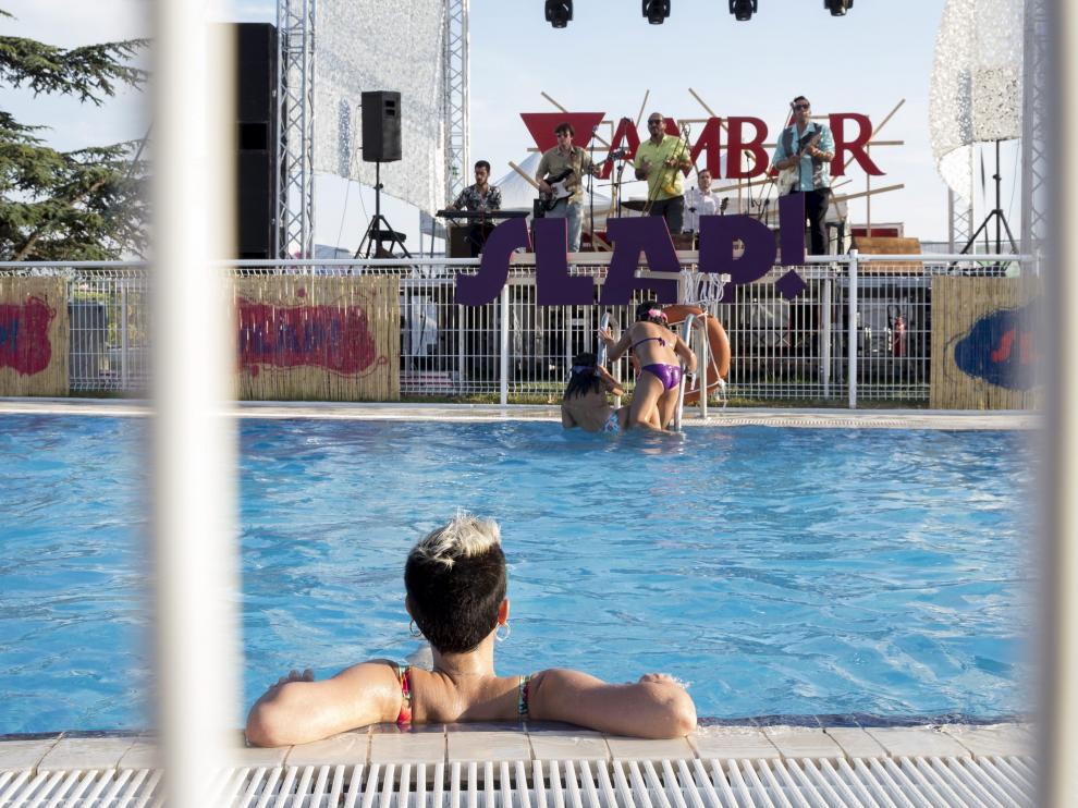 La banda aragonesa Humphrey & The Farmers abrió el festival y el público siguió el concierto desde la piscina.