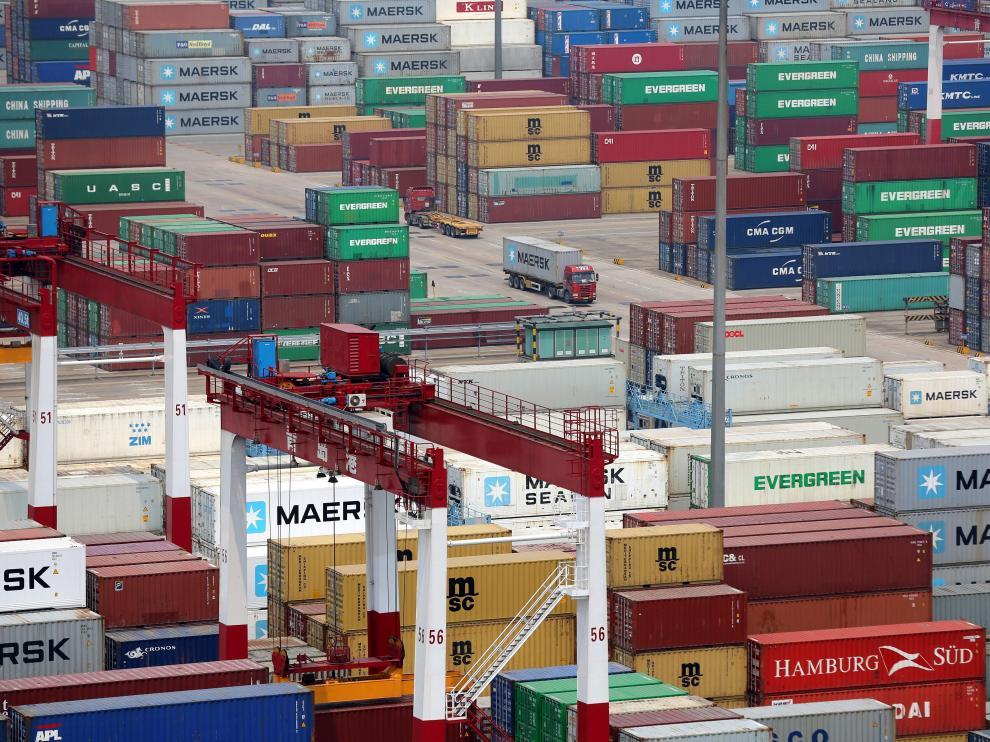 Contenedores llenos de productos para exportar en un puerto de China