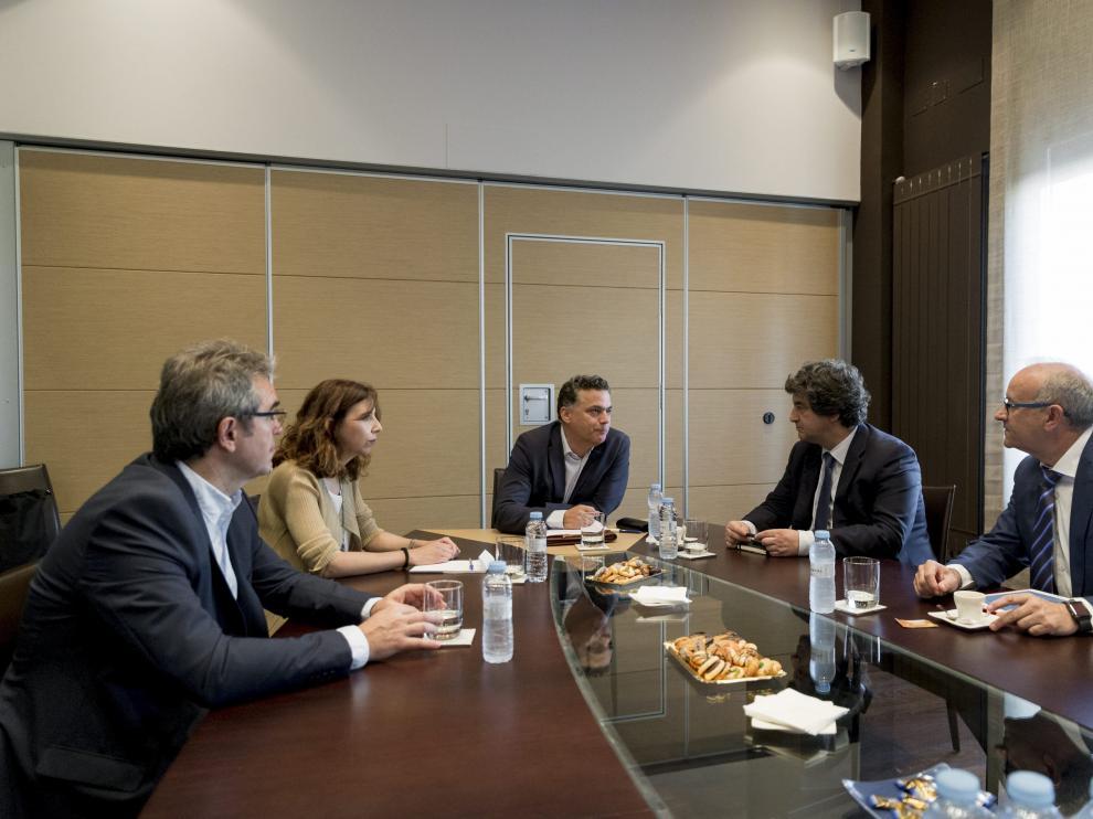 Los directivos de Grandes Vinos, Chocolates Lacasa y Grupo ELT, junto a la responsable de innovación en Deloitte, en HERALDO.
