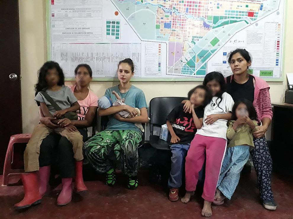 Patricia Aguilar junto a otras mujeres y niños rescatados.