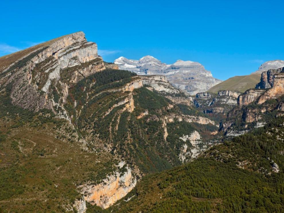 El cañón de Añisclo desde el mirador de las Cruces, desde donde vemos el pliegue anticlinal de Mondoto