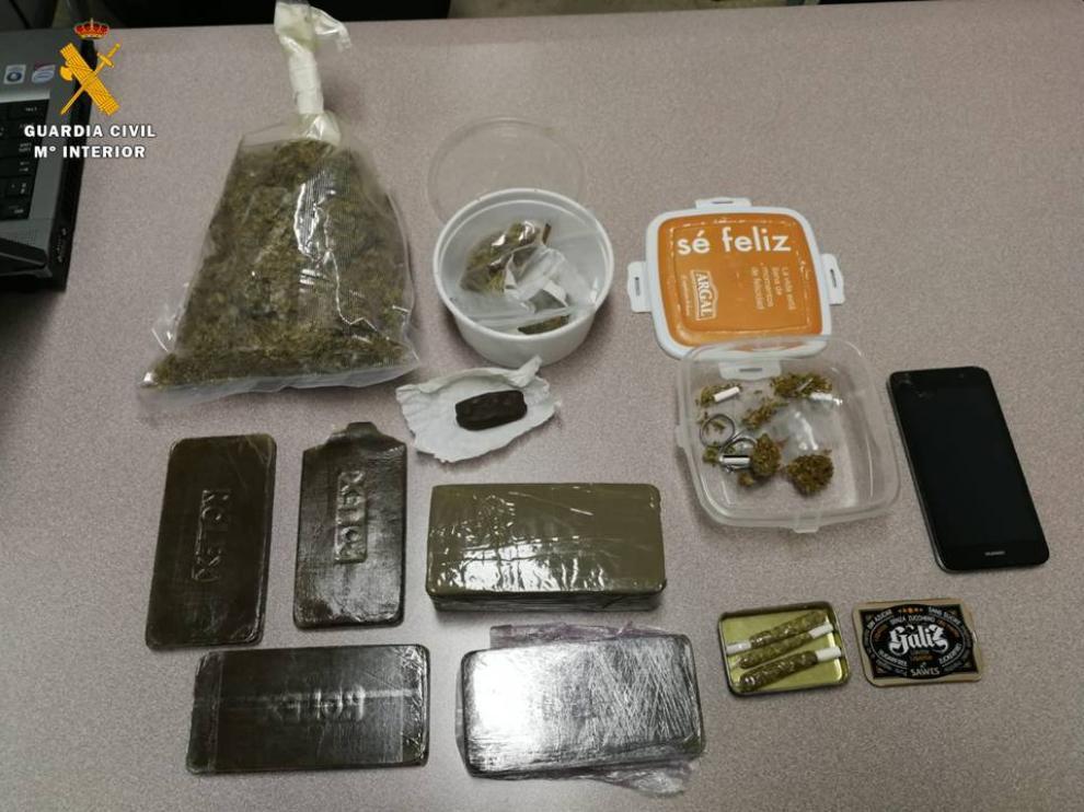Drogas halladas por la Guardia Civil en la maleta del pasajero.