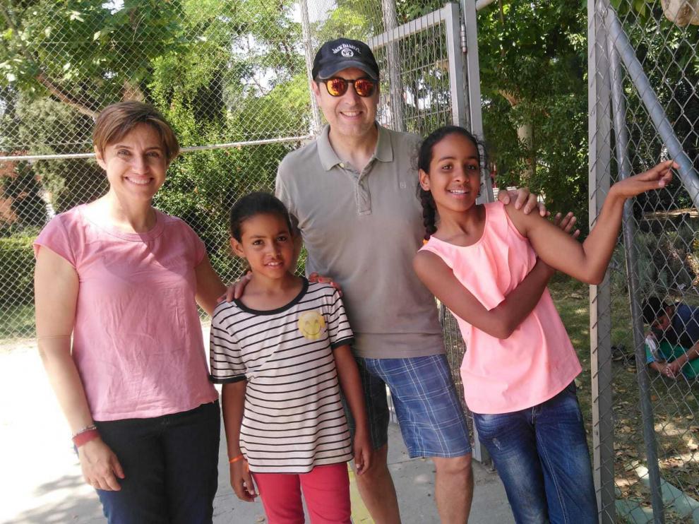 Mari Luz Wander y José Antonio Fernández, padres de acogida, junto a Nguia y Agbeirita Mohamed Nayem Dim.
