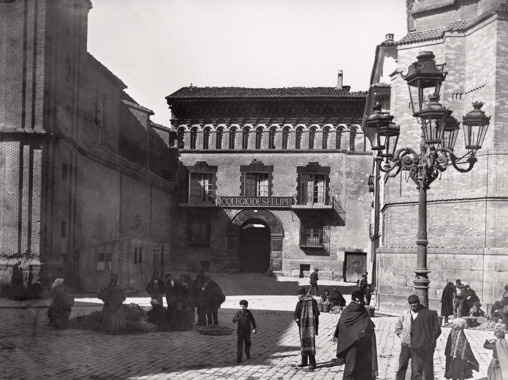 Una imagen de la plaza de San Felipe con el palacio de los condes de Argillo entre la iglesia de San Felipe y la Torre Nueva