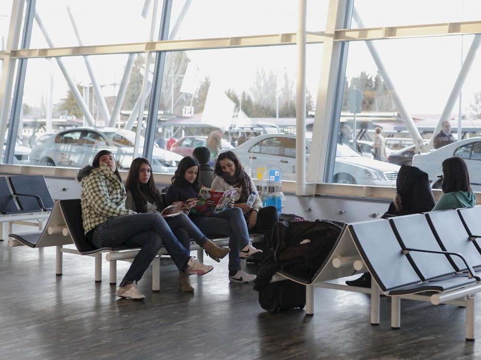 Imagen de archivo de un grupo de viajeros en la terminal del aeropuerto.