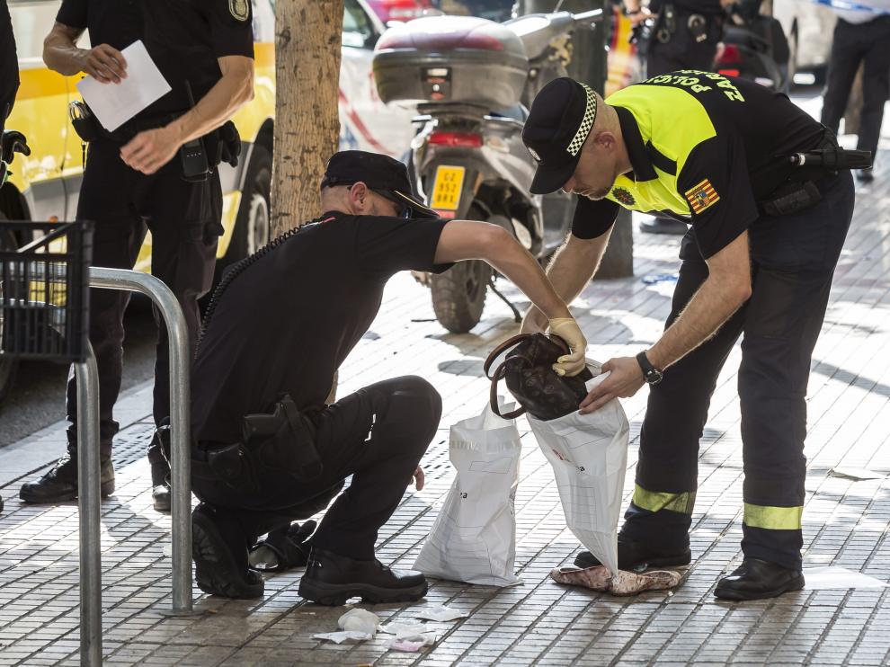 La Policía Local, cuando recogía las pertenencias de la víctima en el lugar de los hechos.