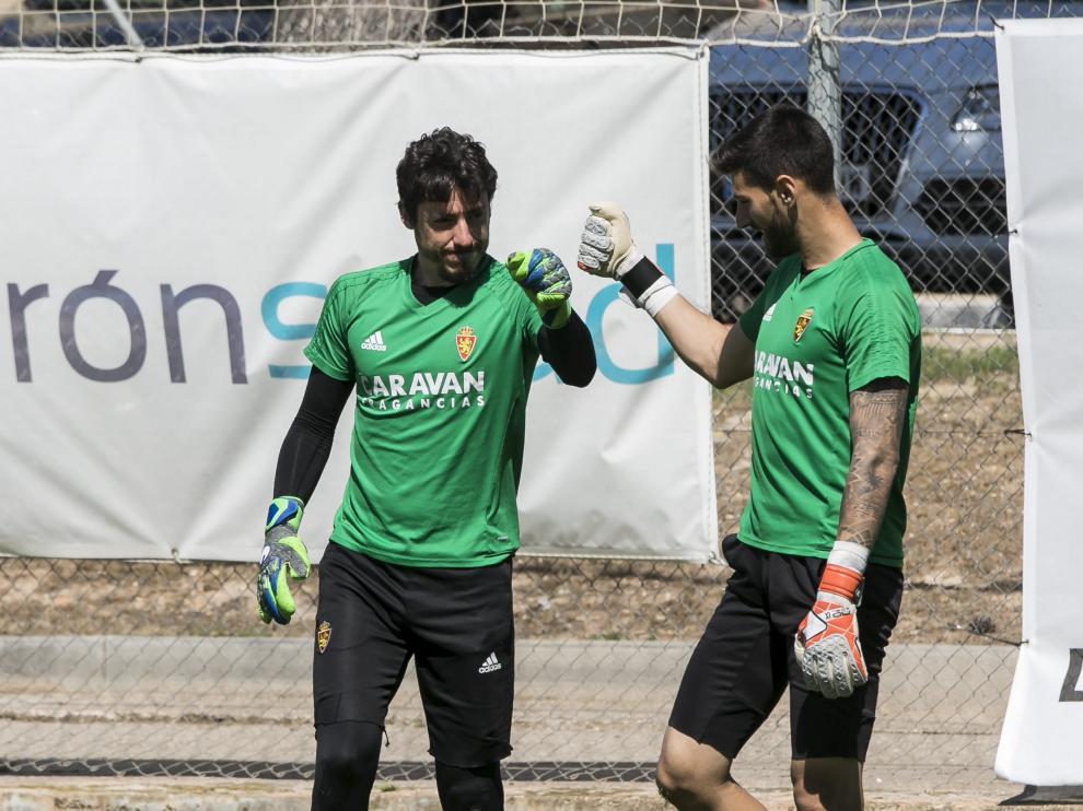 Cristian Álvarez y Álvaro Ratón se saludan en un entrenamiento.