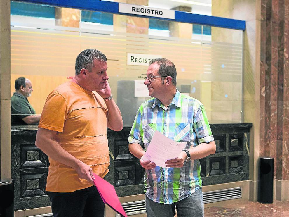 Representantes del barrio de Jesús y Arrabal depositaron las rúbricas en el registro municipal.