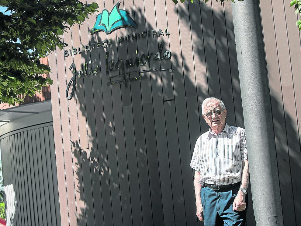 Julio Izquierdo, frente a la biblioteca municipal que lleva su nombre.