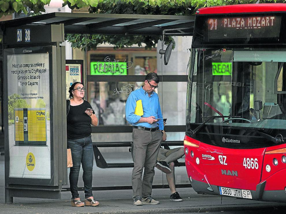Algunos usuarios de la línea 21, que transporta a cerca de 400.000 viajeros al mes.