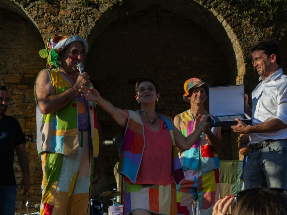 Momento de la entrega del reconocimiento por parte del alcalde, Enrique Pueyo, a los Titiriteros de Binéfar