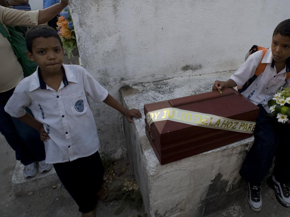 DOS hijos de un desaparecido en 2001 cuyos restos han sido identificados esperan en el hospital