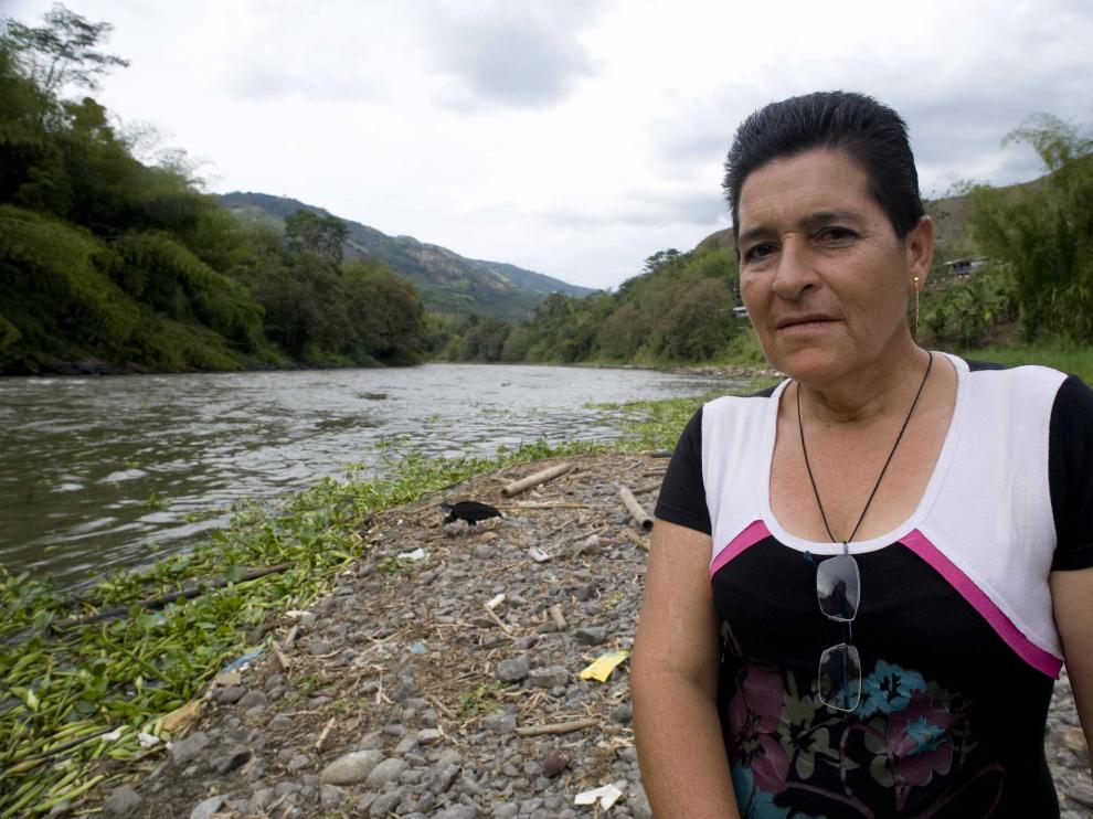 Inés Mejia en el río Cauca