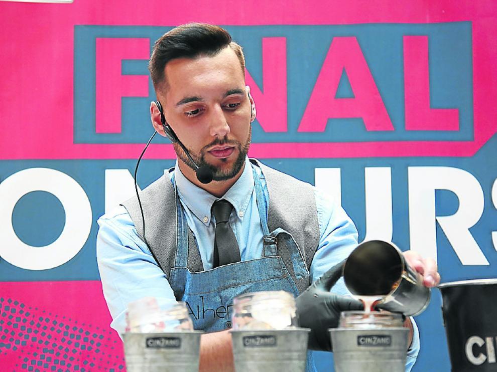 Denis López, durante la preparación de su cóctel.