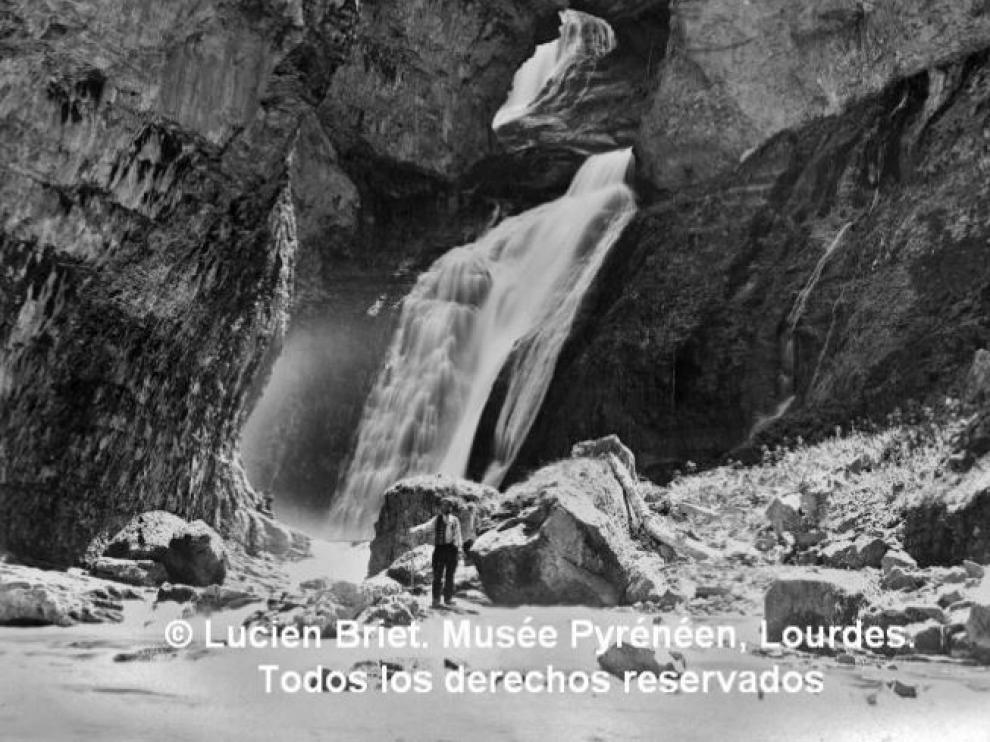 Lucien Briet, en la cascada de los Estrechos del río Arazas, a principios del XIX.