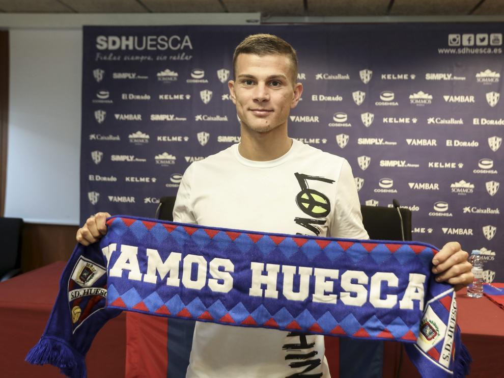 Samuele Longo posando con una bufanda del Huesca