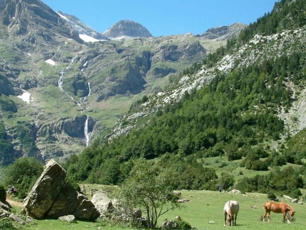 Cascada del Cinca o de Marboré, vista desde los llanos de La Larri. Asoma el Cilindro