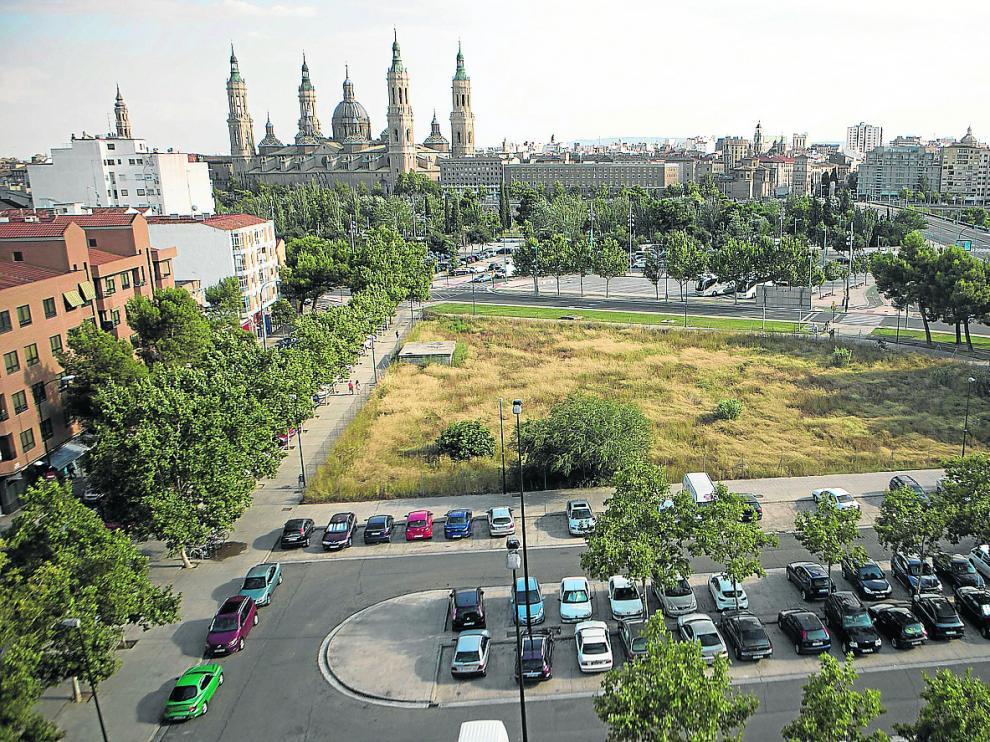 El nuevo emplazamiento que propone el Ayuntamiento se ubica junto al puente de Santiago.
