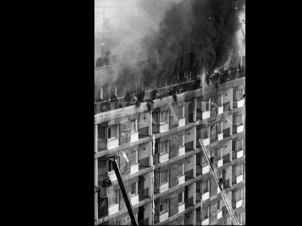 Fotografías tomadas durante el incendio del hotel Corona de Aragón el 12 de julio de 1979 donde murieron 78 personas y 113 resultaron heridas
