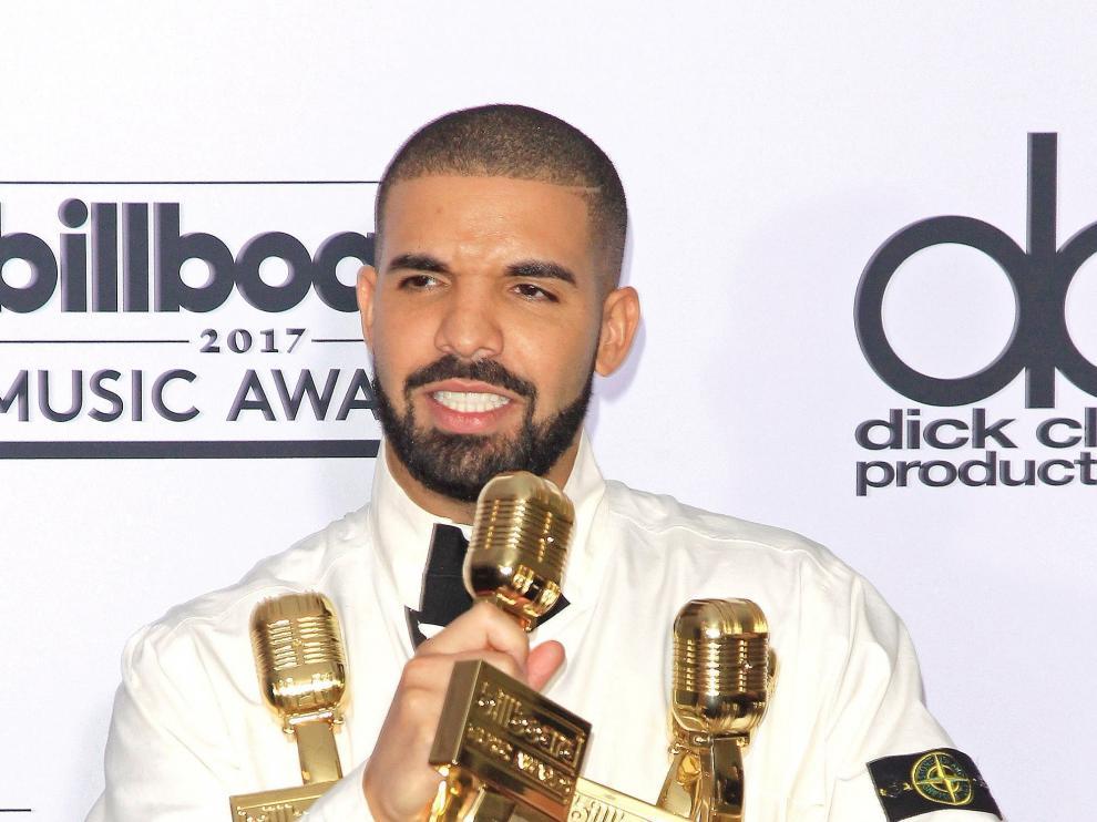 El rapero canadiense Drake posa junto a sus galardones durante los premios Billboard 2017.