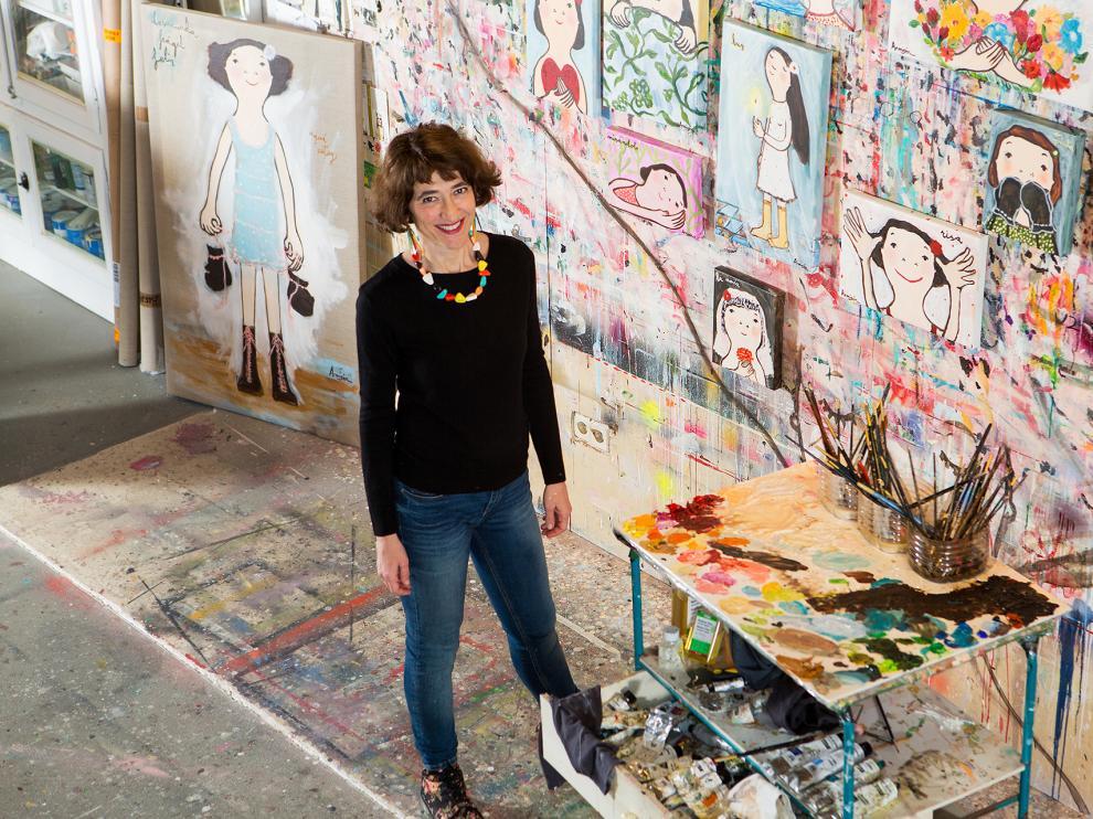 Eva Armisén, en su estudio, con sus lienzos y sus sueños gráficos.