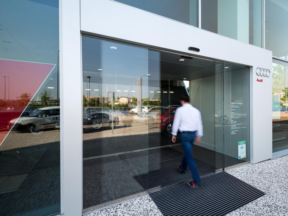 Audi Center Zaragoza, puerta automática de cristal de Dormakaba fabricada e instalada por Ferpal .