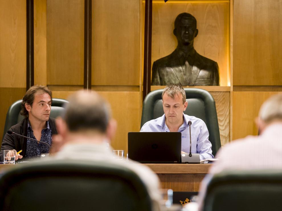 El concejal de Economía y Cultura, Fernando Rivarés, en una comisión de su área.