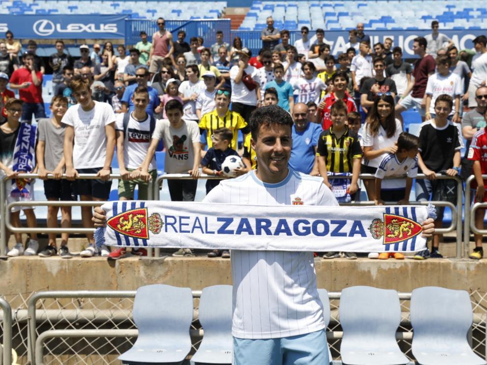 Diego Aguirre posa ante los aficionados con su nueva camiseta.