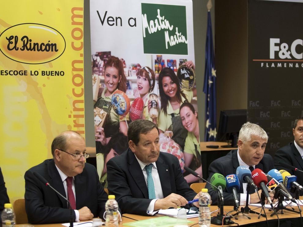 El director general de Frutos Secos el Rincón y de Flamen&Co,Antonio Flamenco, y el director ejecutivo de Martín Martín, José Antonio Domingo, (ambos en el centro) explican la operación de integración.
