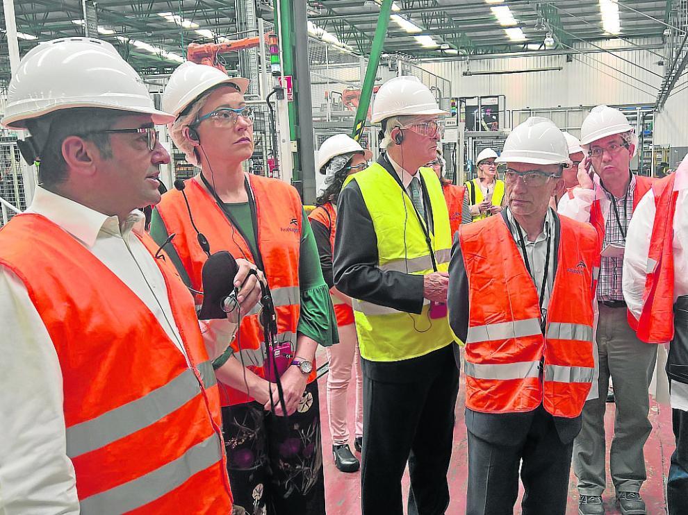 Tomás Ramos, gerente de Arcelor Mittal Tailored Blanks, junto a la consejera Marta Gastón, este miércoles.