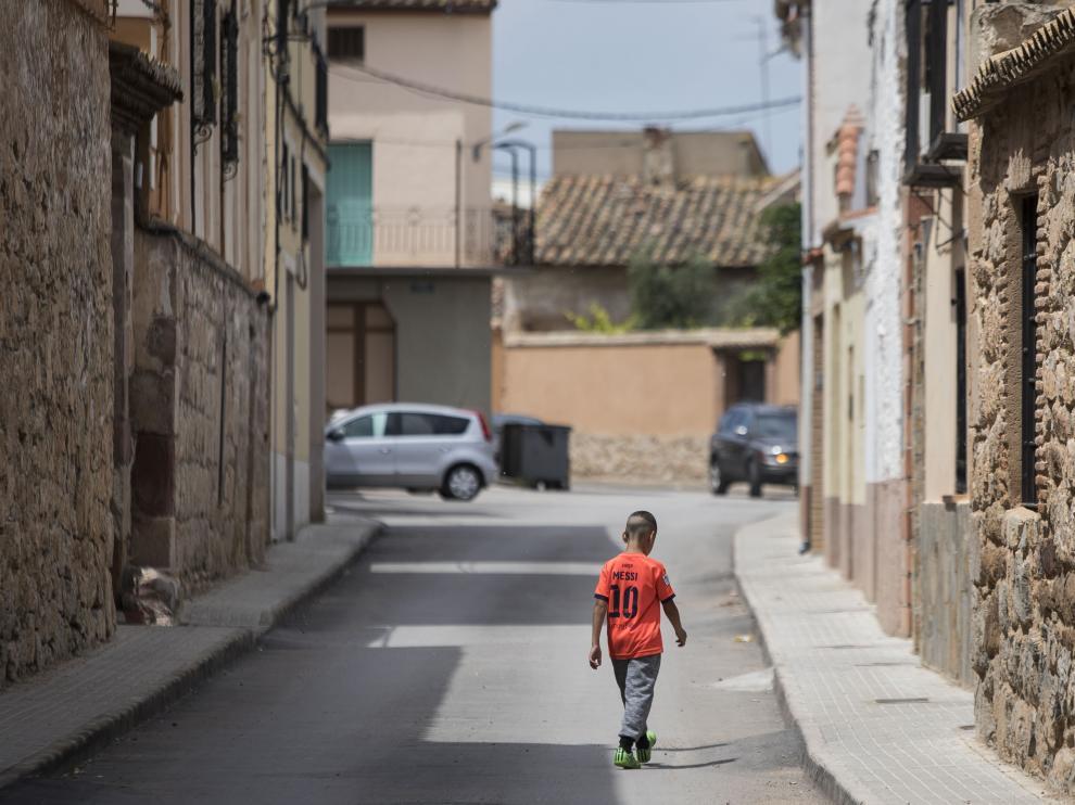 Un niño con la camiseta de Messi anda por las calles del pueblo