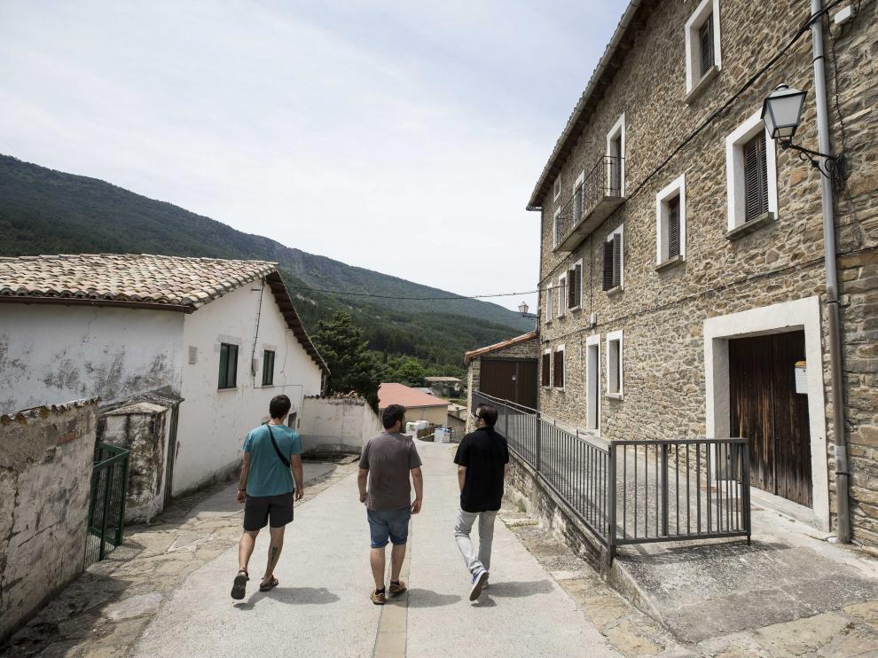Una calle de la localidad de Artieda.