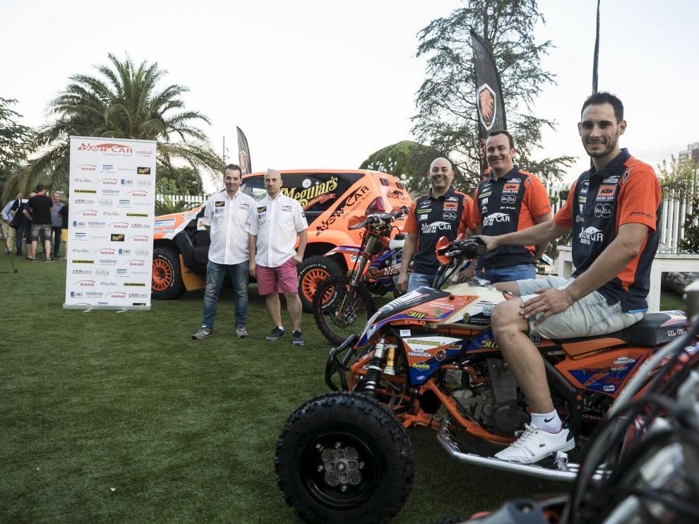 Los miembros del Newcar, con Gajón sutejando el manillar del quad, durante la presentación del equipo este miércoles