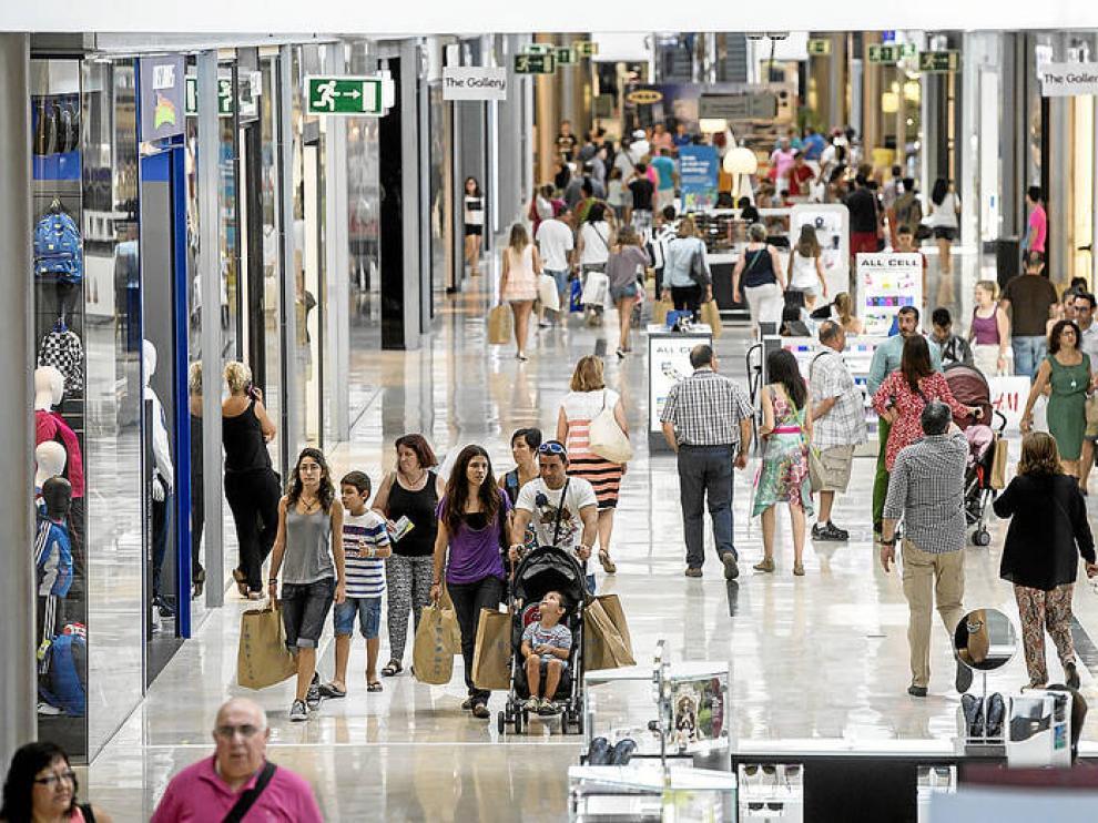 Zona interior del centro comercial Puerto Venecia de Zaragoza