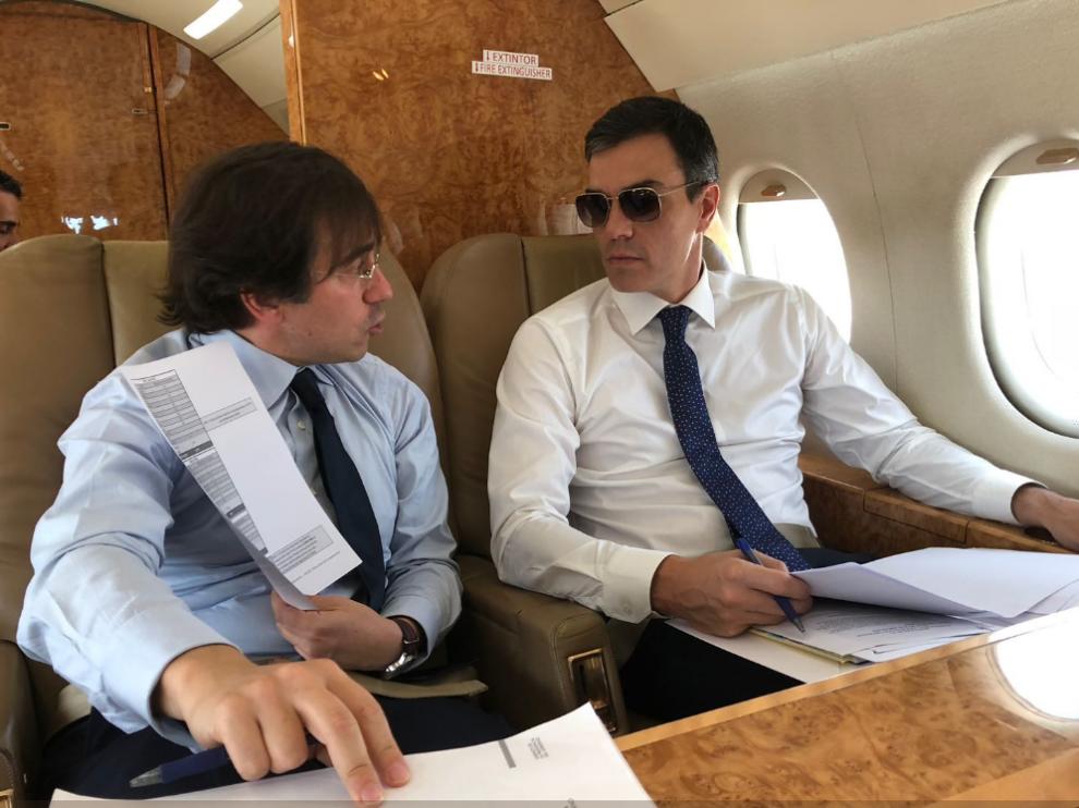 Una de las fotos que se viralizó, de Pedro Sánchez con gafas de sol en el avión presidencial