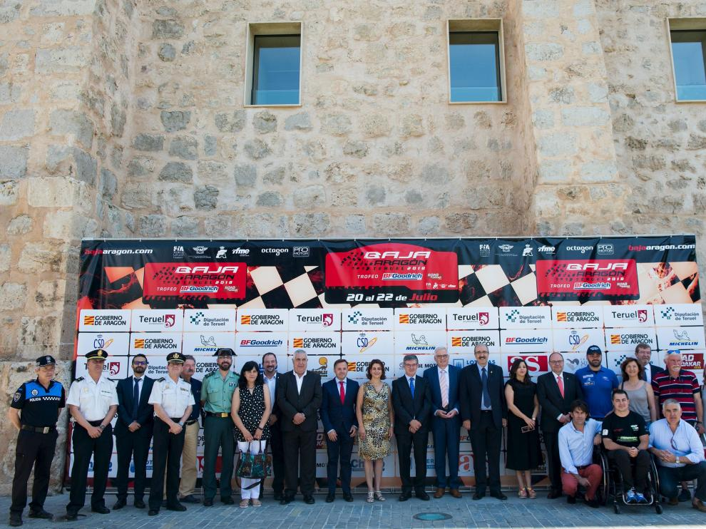 Pilotos de la prueba y la empresa organizadora del evento se fotografiaron este jueves en la muralla de Teruel junto con las autoridades autonómicas y provinciales.