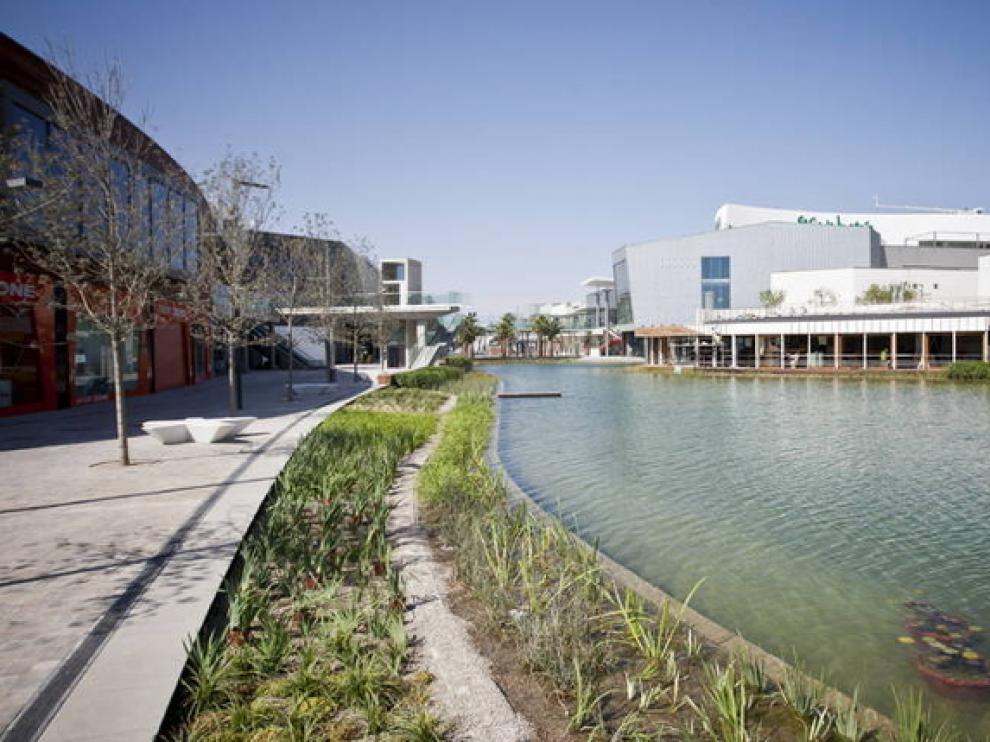 Zona exterior del centro comercial Puerto Venecia de Zaragoza