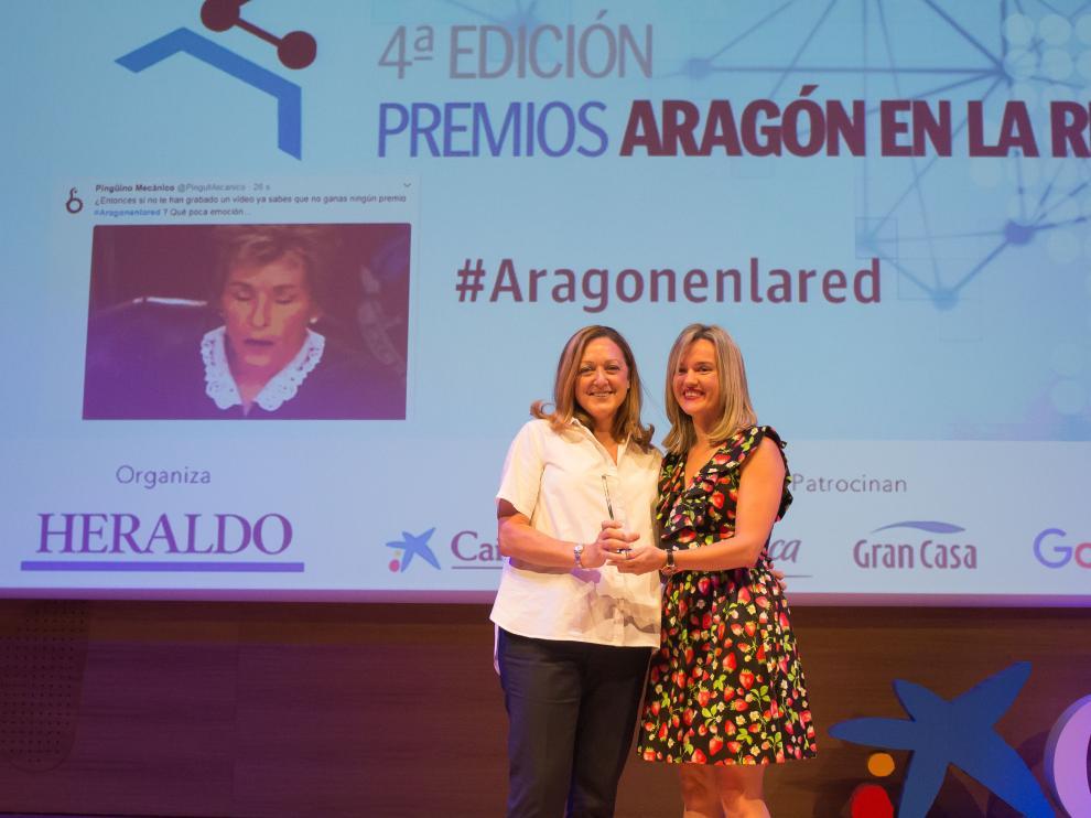 Sura Ascaso (izquierda), responsable de Desarrollo de Negocio, recogiendo el premio a la mejor web e-commerce.