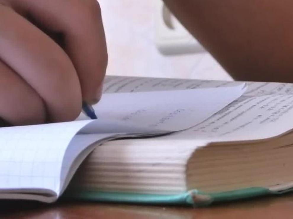 El menor fue violentamente golpeado con objetos contundentes por, supuestamente, negarse a hacer los deberes escolares.