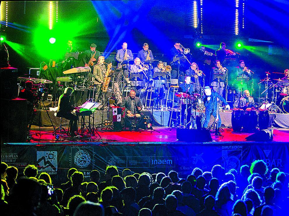 Rubén Blades, acompañado por los veinte músicos de la orquesta de Roberto Delgado, calentó la noche de Lanuza.