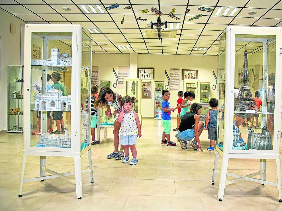 Visita de los niños de las colonias de Jaraba a la Exposición Eustaquio Castellano.
