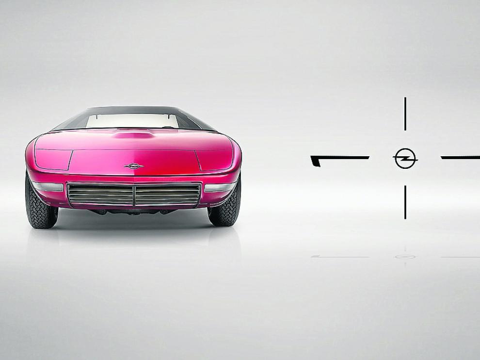 Un nuevo coche de concepto. Opel revela las primeras imágenes del prototipo que está desarrollando en su centro de Diseño de Rüsselsheim (Alemania), con el que quiere redefinir su carácter alemán con una estética sobria pero atractiva.