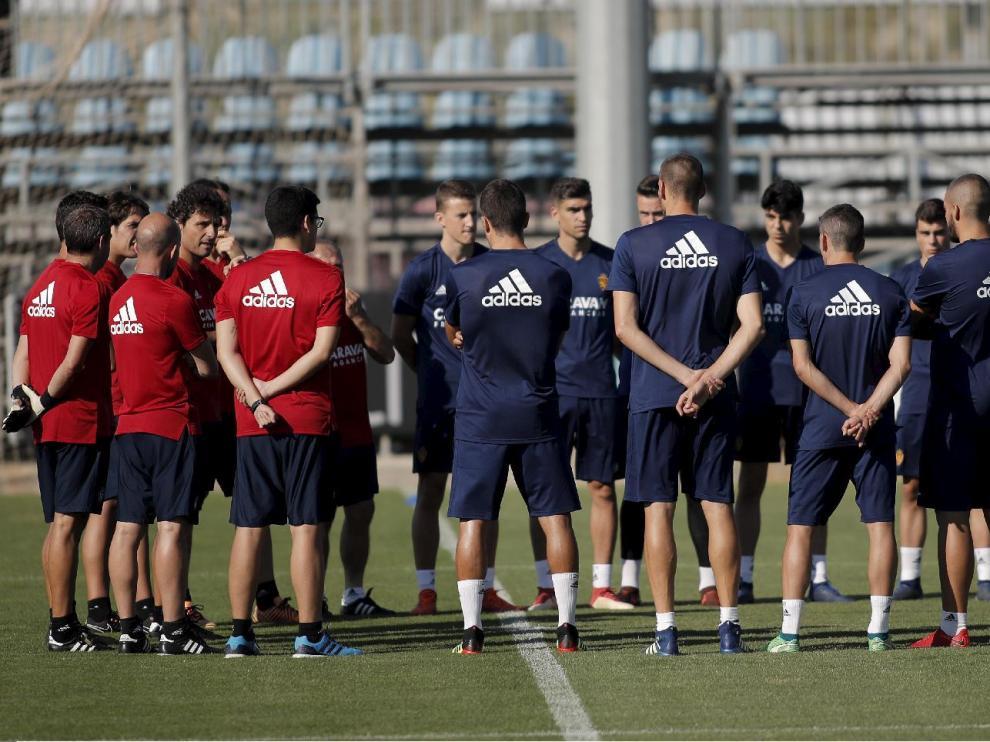 La plantilla del Real Zaragoza escucha al cuerpo técnico, con Idiakez al frente, al inicio del entrenamiento.