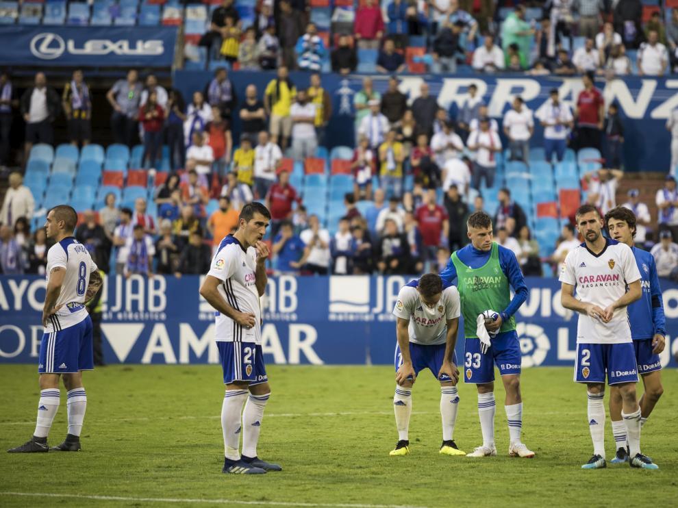 Pep Biel, con el peto verde, tras la derrota contra el Numancia en el último 'play off'.