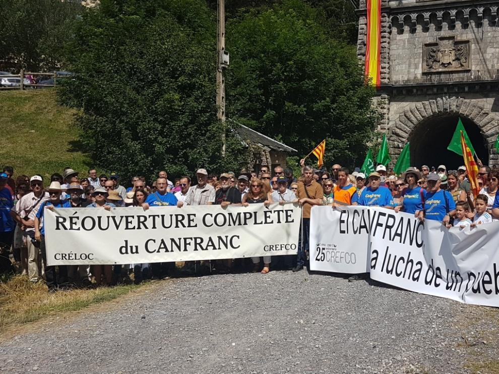 Concentración en Canfranc para pedir la reapertura de la línea