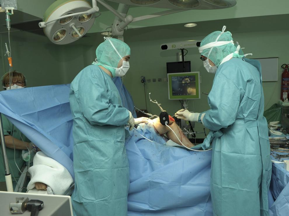 Traumatología -en la foto, el quirófano durante una operación- necesita dos especialistas más.