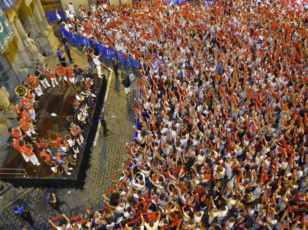 """Pamploneses y visitantes se han ido congregando poco a poco en la plaza del Ayuntamiento, entonando la popular canción """"Pobre de mí, pobre de mí, que se han 'acabao' las fiestas de San Fermín""""."""