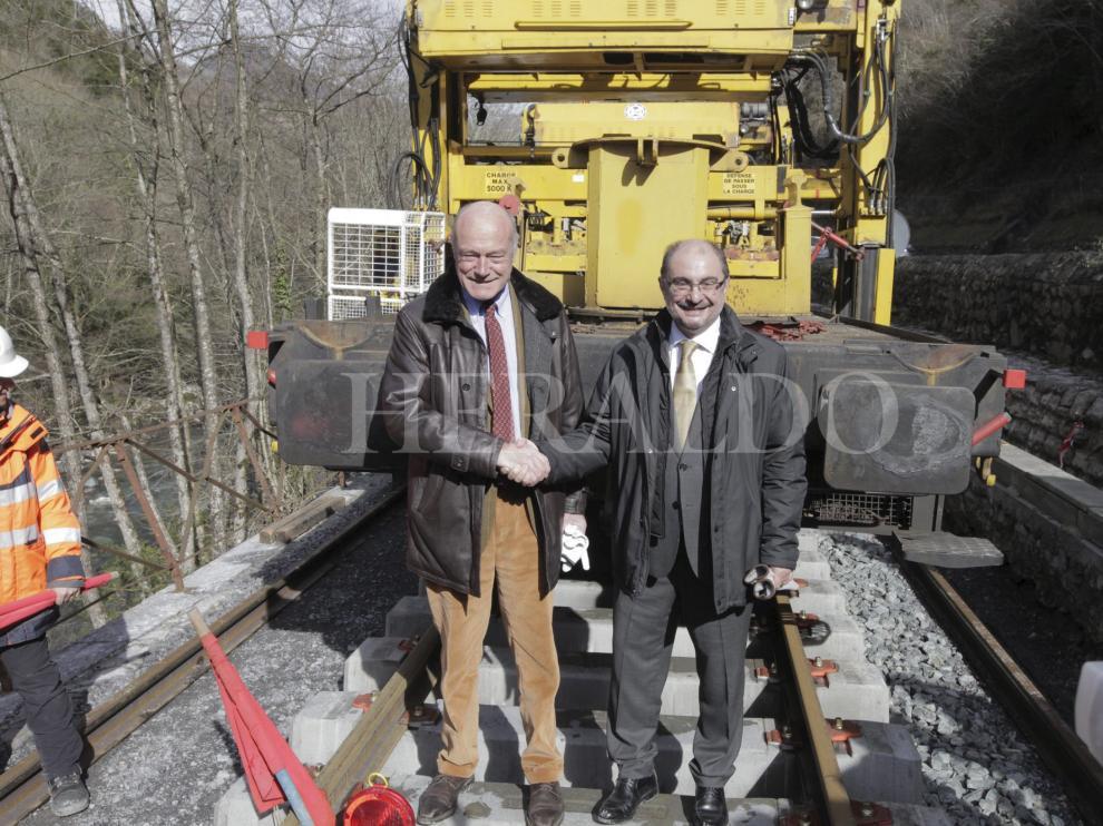 Javier Lambán y Alain Rousset, colocan simbólicamente dos traviesas en la vía del tren Oloron Bedous y apoyan la reapertura el 24 de febrero de 2016.