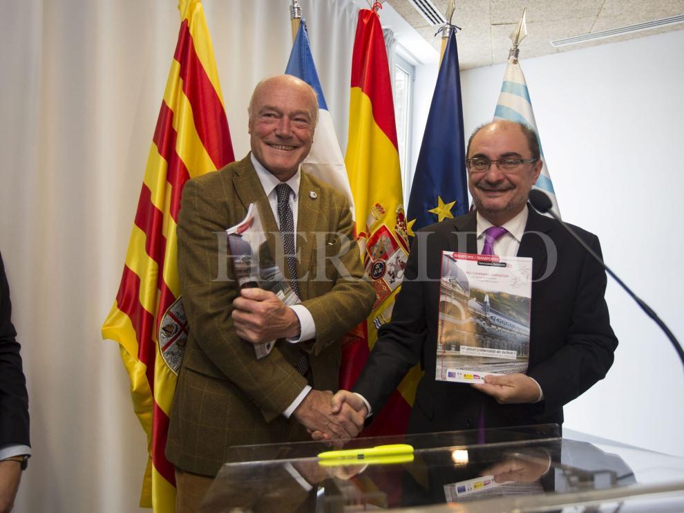 Firma del acuerdo para la reapertura del Canfranc. Javier Lambán y Alain Rousset el 1 de diciembre de 2017.
